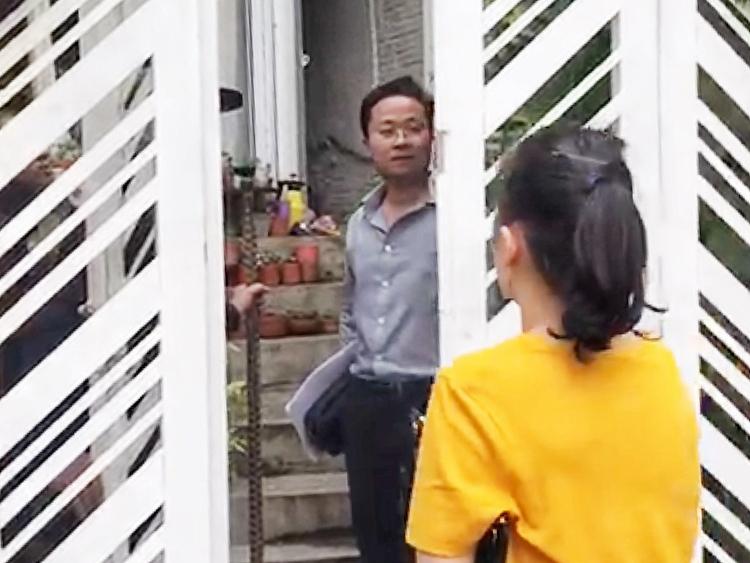 Ông Tùng bị tố cáo chiếm nhà bà Thảo hôm 19/9. Ảnh cắt từ clip.