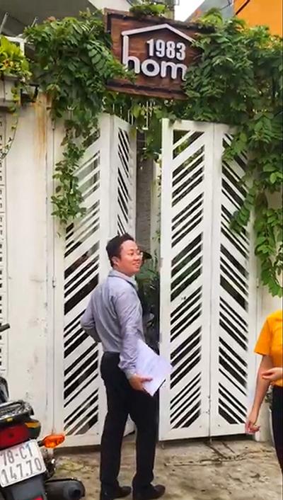 Ông Tùng và nhóm bảo vệ không cho bà Thảo vào nhà. Ảnh: Cắt từ clip.