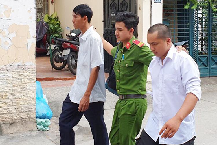 Cảnh sát đưa nhóm bảo vệ chiếm nhà bà Thảo về trụ sở làm việc. Ảnh: Quốc Thắng.