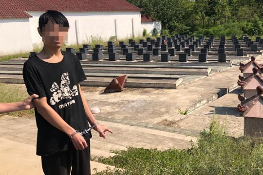 Lập chỉ cho cảnh sát nơi gây án. Ảnh: China News.