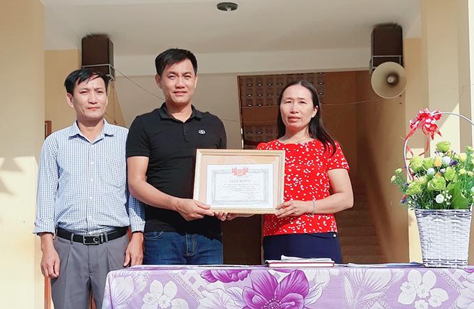 Thầy Nguyễn Duy Trình nhận giấy khen từ ban giáo hiệu.