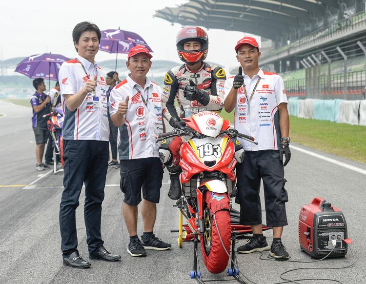 Vận động viên Nguyễn Đức Thanh và các thành viên trong đội.