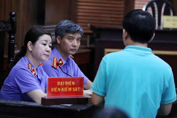 Đại diện VKS thẩm vấn Nguyễn Minh Hùng. Ảnh: Hữu Khoa.
