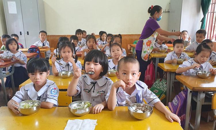 Học sinh tiểu học ở Hà Tĩnh ăn bán trú tại trường. Ảnh: Đức Hùng