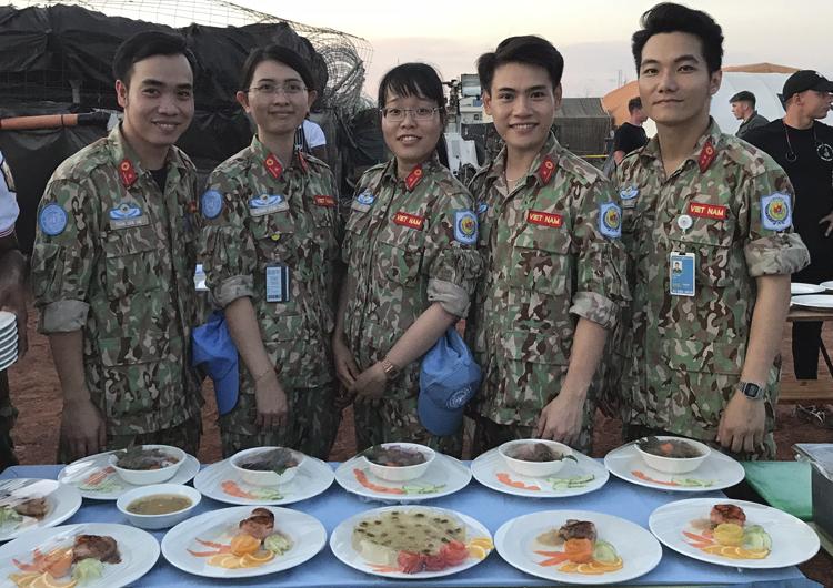 Các y bác sĩ Bệnh viện dã chiến cấp 2 Việt Nam với những món ăn được chuẩn bị cho cuộc thi. Ảnh: Bệnh viện cung cấp.