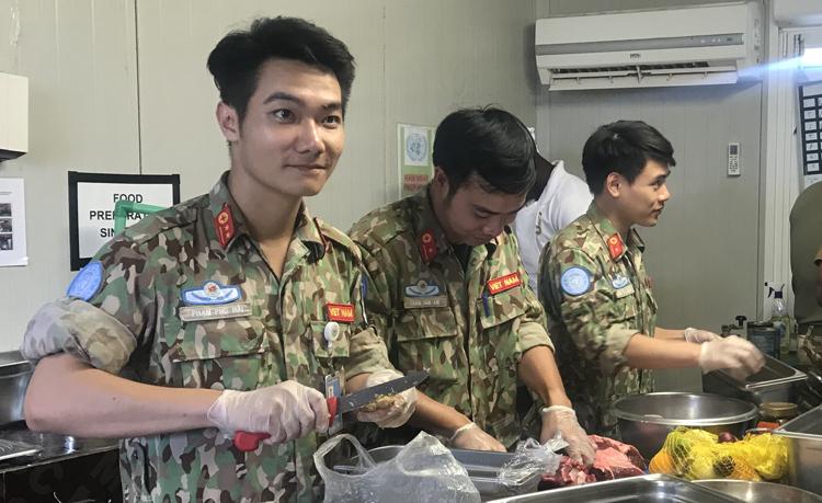 Đội tuyển y bác sĩ bệnh viện dã chiến Việt Nam chuẩn bị thực phẩm trước khi làm món ăn cuộc thi Vua đầu bếp ở phái bộ Liên Hợp Quốc, Bentiu, Nam Sudan. Ảnh: Bệnh viện cung cấp