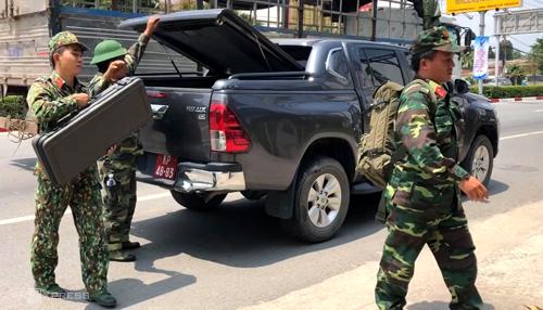 Lực lượng công binh đến khám nghiệm hiện trường. Ảnh: Nguyệt Triều.