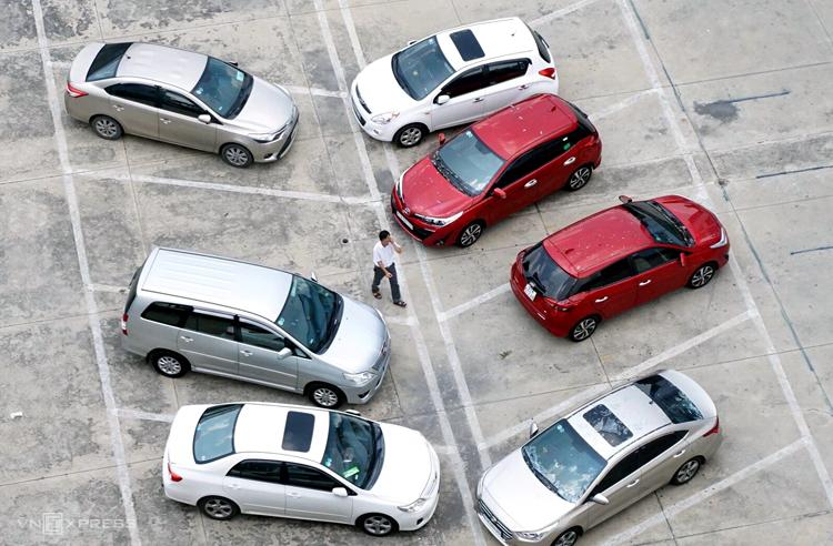 Các ôtô đậu phía dưới bị ảnh hưởng của vụ nổ. Ảnh: Nguyệt Triều.