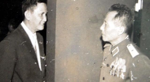 Ông Nguyễn Hữu Hạnh (trái) trong hội nghị Mặt trận tổ quốc tại TP HCM năm 1976. Ảnh tư liệu.
