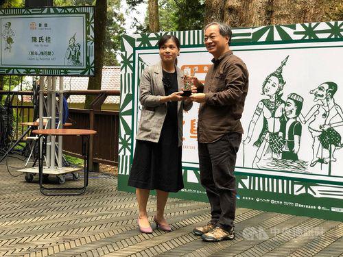 Ban tổ chức trao giải nhất cho Tran Thi Hue tại lễ trao giải Giải thưởng Văn học lần thứ 6 dành cho Người nhập cư Đài Loan được trao hôm 29/9 tại khu thắng cảnh Alishan,