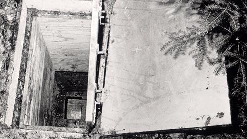 Chiếc thùng kẻ bắt cóc chôn dưới lòng đất để nhốt Ursula. Ảnh:Spiegel.
