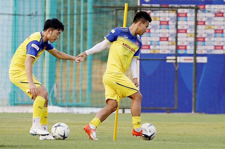 Lương Xuân Trường (trái) dính chấn thương nghiêm trọng, sớm chia tay tuyển Việt Nam.
