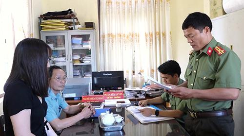 Huyền (trái) nghe quyết định xử phạt do viết thông tin sai sự thật trên mạng xã hội. Ảnh: Ngô Quang Văn