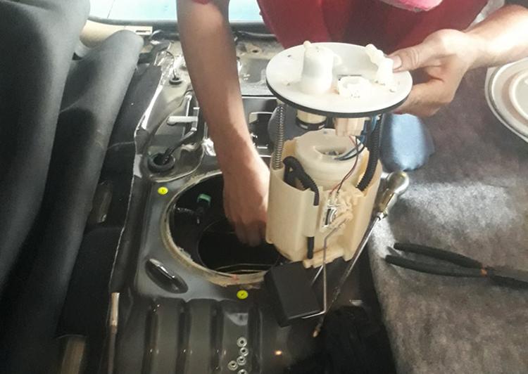 Kỹ thuật viên thay thế bơm xăng cho Xpander. Ảnh: Hòa Nhung/Hội Xpander Việt Nam