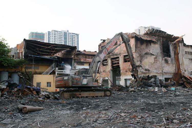 Chất thải ở khu vực cháy kho nhà máy Rạng Đông đã được thu gom, vận chuyển đến nơi xử lý. Ảnh: Tất Định.