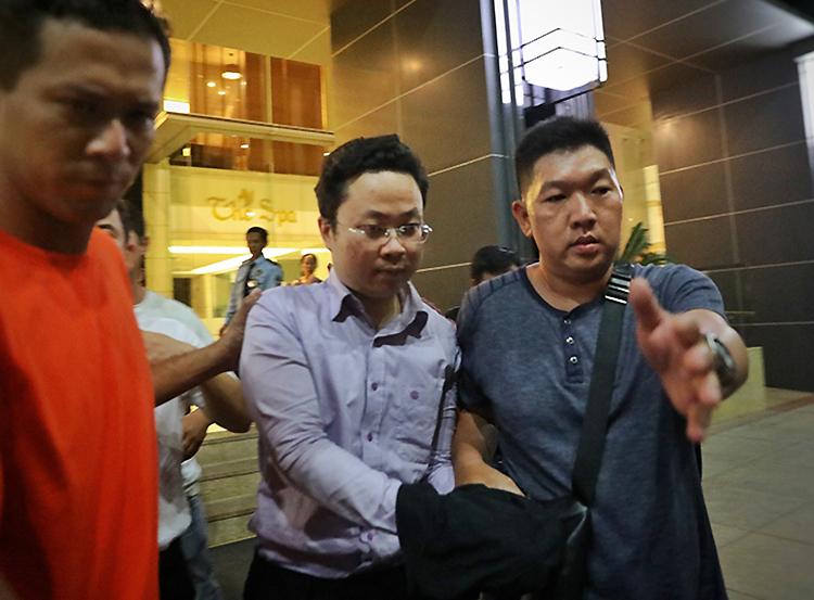 Lâm Hoàng Tùng (kính trắng) bị đưa về cơ quan điều tra. Ảnh: Hữu Khoa.