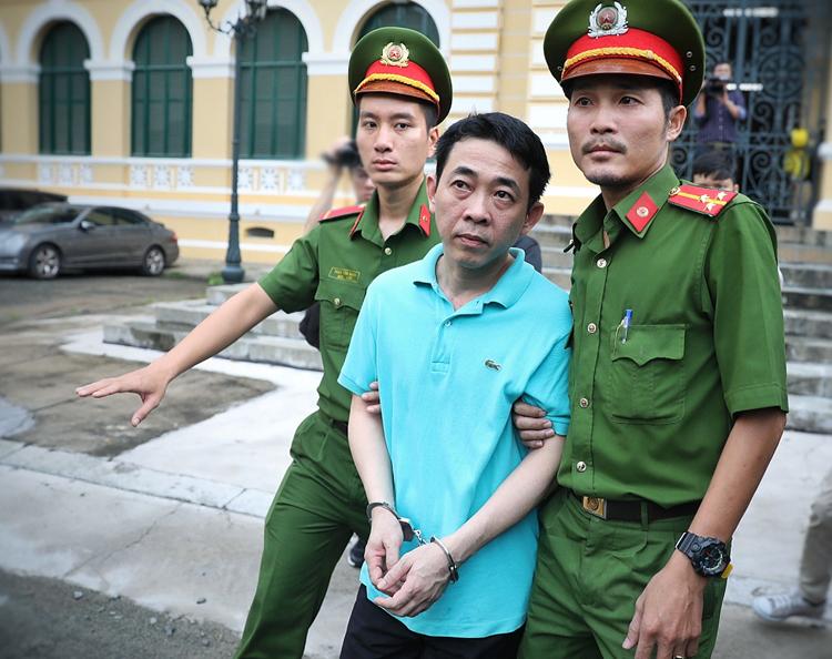 Nguyễn Minh Hùng sau phiên tòa hôm nay. Ảnh: Hữu Khoa.