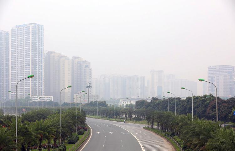 Chiều 30/9, khu vực đại lộThăng Long vẫn bị hạn chế tầm nhìn dù trời có nắng. Ảnh: Ngọc Thành.