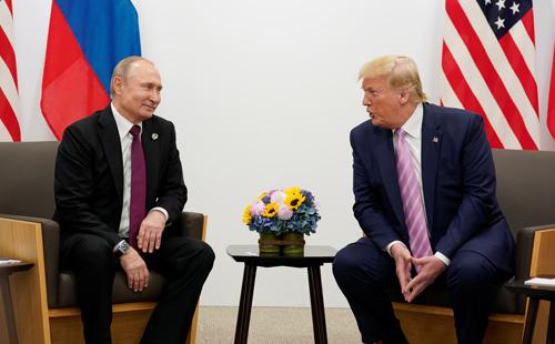 Tổng thống Mỹ Donald Trump (phải) gặp Tổng thống Nga Vladimir Putin bên lề hội nghị thượng đỉnh G-20 ở Nhật Bản cuối tháng 6. Ảnh: Reuters.