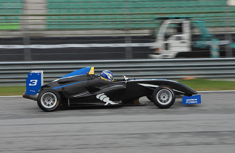 F4 lướt gió trên đường đua.