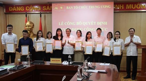 Ông Nguyễn Thanh Bình (giữa), Phó Trưởng ban Thường trực Ban Tổ chức Trung ương trao Quyết định tuyển dụng cho 10 công chức mới của Ban. Ảnh: BTC