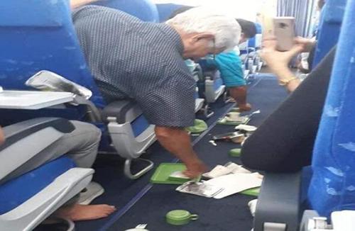Máy bay đi qua vùng nhiễu động trời trong bịrung lắc mạnh, rơi khay đồ ăn của khách. Ảnh: Facebook