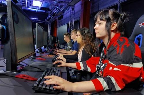 Sinh viên Đại học Staffordshire chơi gameCounter-Strike trong studio của trường. Ảnh: AP