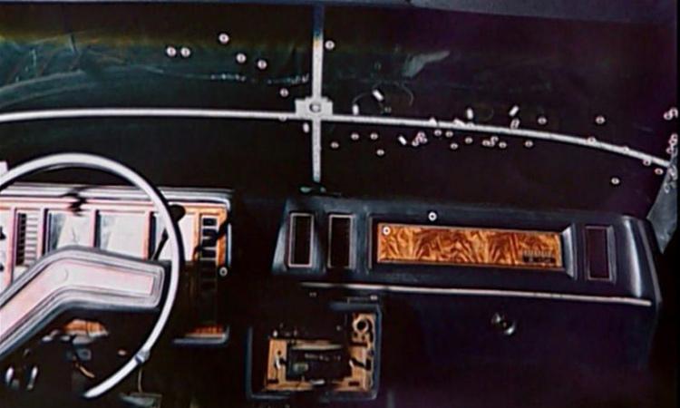 Những chấm trắng đánh dấu vết máu tìm thấy trong xe. Ảnh: New York Daily News.