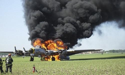 Chiếc máy bay ném bom B-17 bốc cháy tại hiện trường. Ảnh: AP.