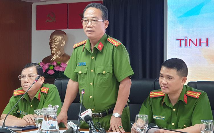 Thượng tá Phùng Văn Đẳng (giữa) tại buổi làm việc chiều nay. Ảnh: Quốc Thắng.