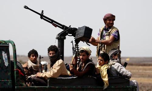Các phiến quân Houthi tuần tra tại một vùng nông thôn gần thủ đô Sanaa của Yemen hồi tháng 7/2016. Ảnh: Reuters.