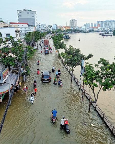 Nước ngập trên đường Trần Xuân Soạn, quận 7, hôm 30/9. Ảnh: Hữu Khoa.