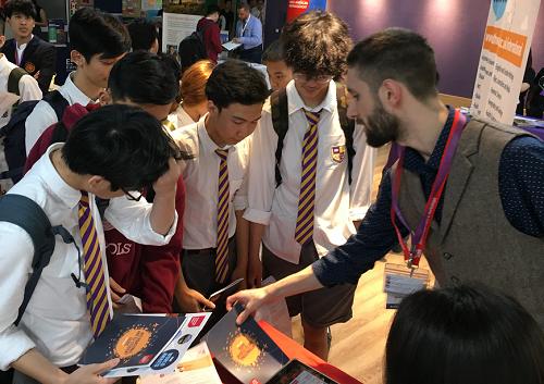 Học sinh có cơ hội trao đổi trực tiếp với đại diện các trường.