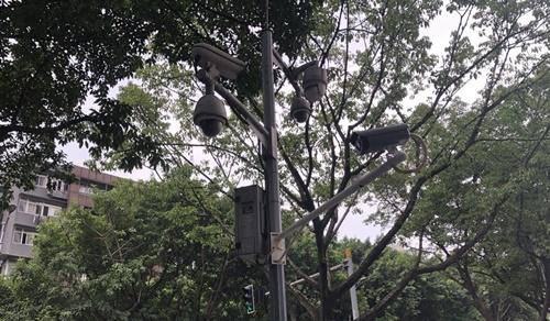 Cột gắn camera giám sát trên đường phố Trùng Khánh hồi tháng 9. Ảnh: SCMP.