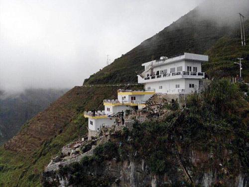 Nhà hàng, nhà nghỉ nằm trong danh thắng Mã Pì Lèng. Ảnh:  Mã Pì Lèng Panorama.