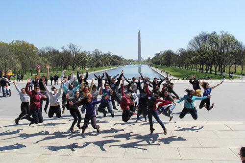 Tham gia các chương trình ngoại khóa sớm và tận dụng cả các kỳ nghỉ để tạo ấn tượng cho bộ hồ sơ tuyển sinh của bạn (Ảnh: chương trình Youth Ambassador Program - World Learning)
