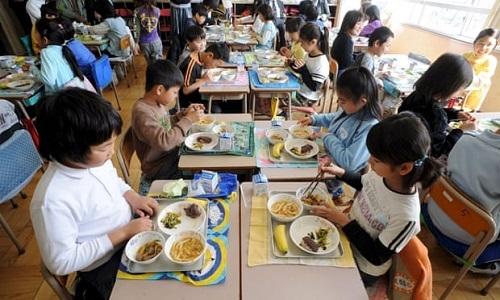 Trẻ em ở Nhật sử dụng bữa trưa do nhà trường chuẩn bị và không có lựa chọn nào khác. Ảnh:Shutterstock