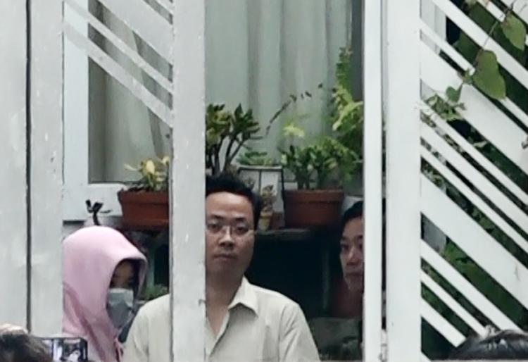 Tùng được đưa vào trong nhà, thực nghiệm lại những hành vi đã làm chiều 19/9. Ảnh: Quỳnh Trần.