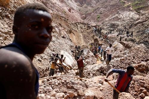 Lao động làm việc tại một mỏ khai thác gần thị trấn Rubaya ở Congo hồi tháng 8. Ảnh: Reuters.