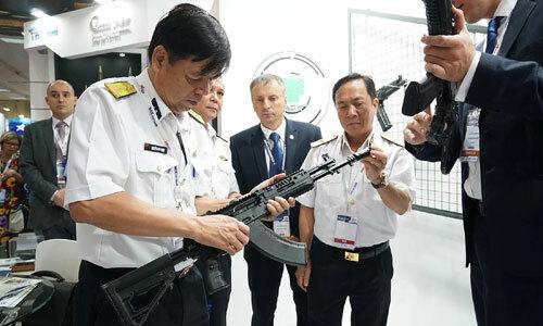 Khách tham quan trải nghiệm vũ khí Nga tại triển lãm DSE 2019. Ảnh: Giang Huy.