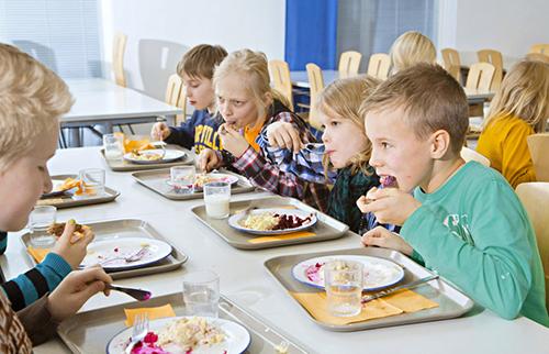 Học sinh Phần Lan ăn bữa trưa miễn phí tại trường. Ảnh: Lehtikuva