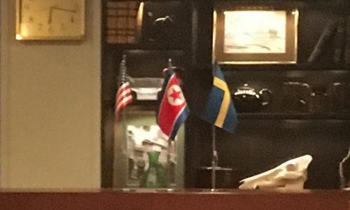 Cờ Mỹ, Triều Tiên và Thụy Điển tại địa điểm tổ chức họp sáng 5/10. Ảnh: Yonhap.