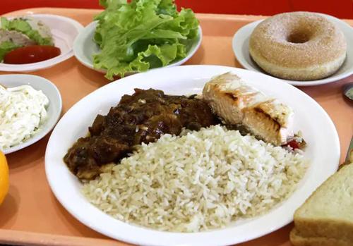 Bữa trưa tại một trường học ở Lambersart, Pháp bao gồm cơm, cá hồi, rau củ hầm, bánh ngọt hình vòng, bánh mì, salad và một quả cam. Ảnh: AP.