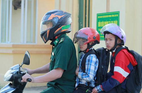 Bộ đội thay phiên nhau đưa hai anh em đi học buổi sáng, chiều lại đón về đồn. Ảnh: Phan Dương.