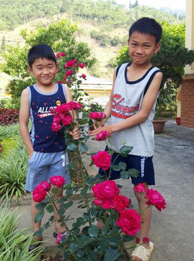 Hai đứa trẻ sẽ tiếp tục nhận được sự hỗ trợ của đồn cho tới năm 18 tuổi. Ảnh: Phan Đức Mạnh.
