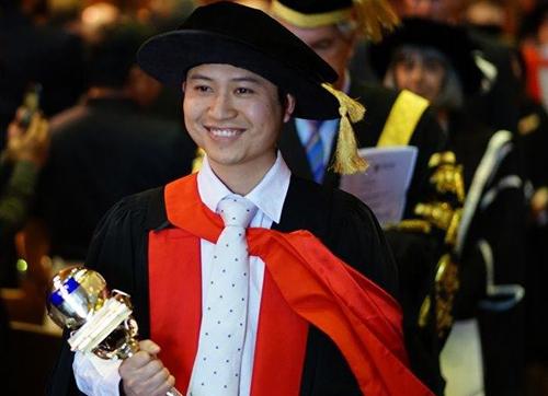 Lê Anh Linhđại diện cầm trượng trong ngày tốt nghiệp bậc tiến sĩ tại Đại học Adelaide. Ảnh: Nhân vật cung cấp