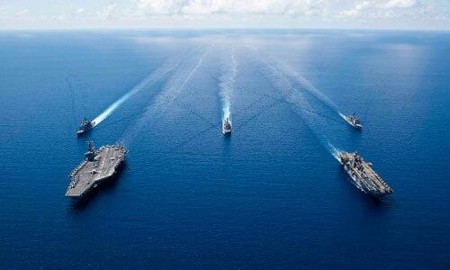 Tàu sân bay USS Ronald Reagan (phía trước, bên trái) và tàu đổ bộ USS Boxer (phía trước, bên phải) tham gia diễn tập chung trên Biển Đông. Ảnh: US Navy.