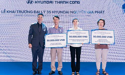 Ông Phạm Nguyễn Nghi Tân - Chủ tịch HĐQT Hyundai Nguyên Gia Phát (bìa trái) trao tặng tiền cho các tổ chức từ thiện.