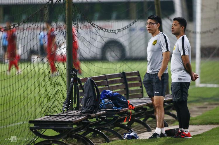 HLV Tan Cheng Hoe đứng nhìn tuyển Việt Nam tập ở sân bên cạnh tối 7/10. Ảnh: Lâm Thoả