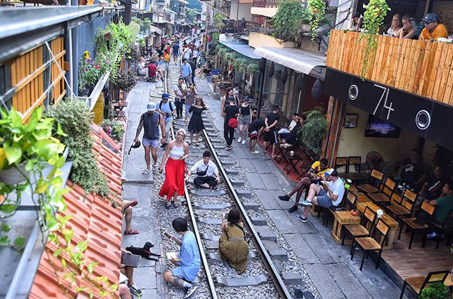 Du khách đến khu vực cà phê đường tàu Phùng Hưng. Ảnh: Giang Huy.